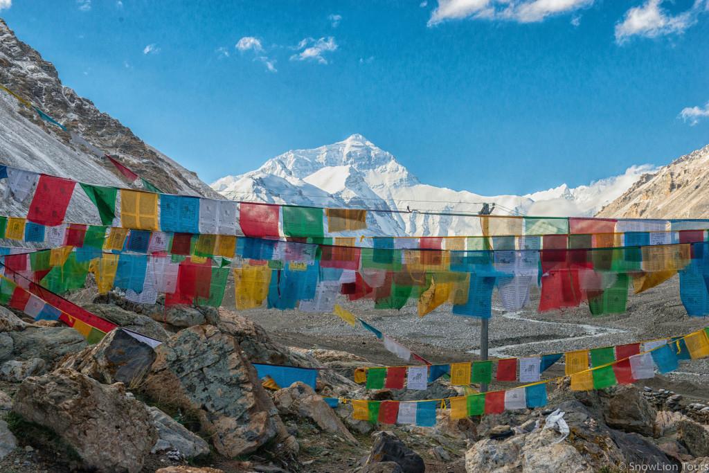 молитвенные флажки и вершина Эвереста